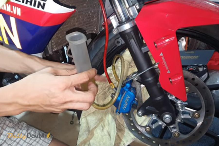 Hướng dẫn cách thay dầu phanh xe máy