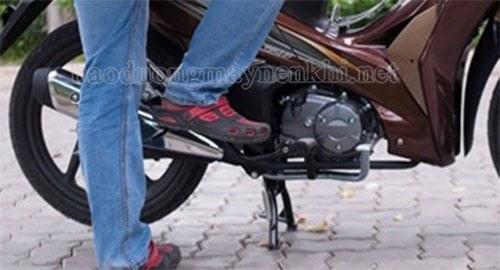 Cần đạp xe máy bị cứng do khô dầu