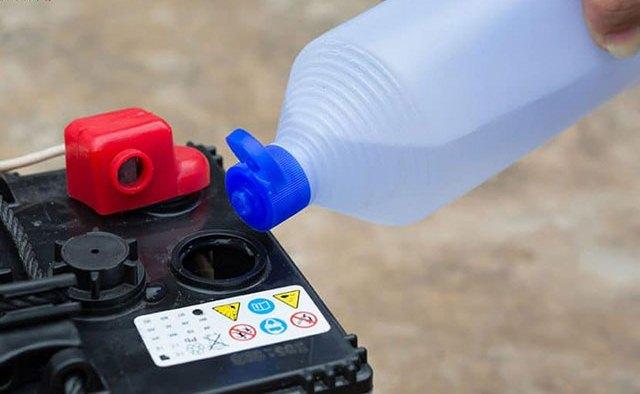 Dùng nước cất đổ vào bình để cải thiện mức axit cho ắc quy