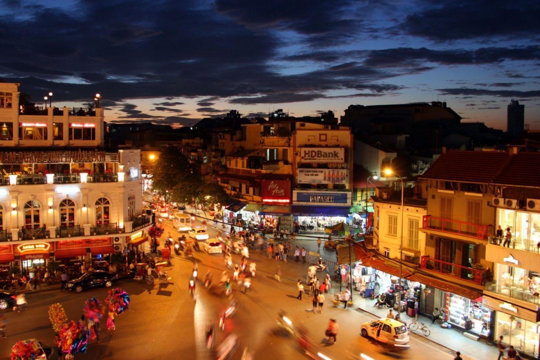 Hình ảnh đẹp một góc phố cổ Hà Nội nhộn nhịp về tối